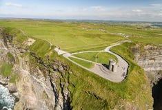 Gli uccelli di fama mondiale osservano la vista aerea del fuco delle scogliere di Moher in contea Clare, Irlanda immagini stock