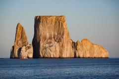 Gli uccelli volano intorno alle isole dell'estrattore a scatto delle isole Galapagos fotografie stock libere da diritti