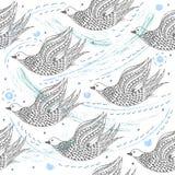 Gli uccelli volano nell'illustrazione senza cuciture di progettazione del modello del cielo disegnata a mano Immagine Stock