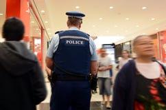 Gli ufficiali di polizia della Nuova Zelanda sorvegliano in un centro commerciale a Auckland Fotografia Stock Libera da Diritti