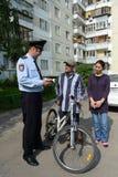 Gli ufficiali di polizia ispezionano i documenti sulle vie di Mosca Immagini Stock