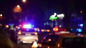 Gli ufficiali di polizia stradale lavora alla via Poliziotto sul lavoro Flash delle luci di emergenza della polizia alla notte In
