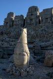 Gli ultimi raggi del sole hanno colpito la statua di Antichos sulla piattaforma orientale al Mt Nemrut in Turchia Immagine Stock