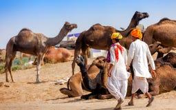 Gli uomini in abbigliamento etnico assiste alla fiera di Pushkar nel Ragiastan, Indi immagini stock libere da diritti