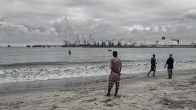 Gli uomini aborigeni locali stanno pescando fotografie stock