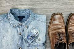 Gli uomini adattano, attrezzature astute e casuali, camicia delle blue jeans fotografia stock