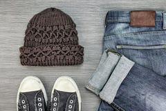 Gli uomini adattano, attrezzature casuali, attrezzature d'avanguardia di stile dei pantaloni a vita bassa Fotografia Stock