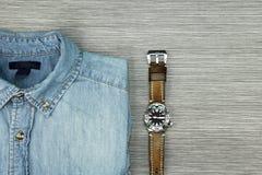 Gli uomini adattano, blue jeans camicia ed orologio degli uomini Fotografie Stock Libere da Diritti