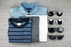 Gli uomini adattano, insieme dei vestiti e vari accessori, blue jeans Fotografie Stock Libere da Diritti