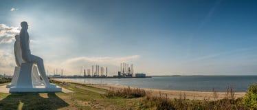 Gli uomini alle sculture colossali del mare vicino a Esbjerg harbor in Danimarca Fotografie Stock