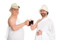 Gli uomini allegri bevono i kvas - succo russo del pane immagine stock libera da diritti