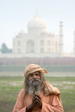 Gli uomini anziani (sadhu) che restano vicino a Taj Mahal, Agra, Fotografie Stock Libere da Diritti