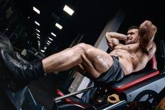 Gli uomini atletici del forte culturista brutale che pompano su muscles con la d Fotografia Stock Libera da Diritti