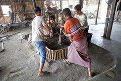 Gli uomini birmani stanno forgiando un coltello Myanmar Immagine Stock Libera da Diritti