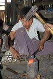 Gli uomini birmani stanno forgiando un coltello Myanmar Fotografia Stock