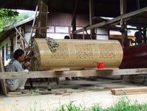 Gli uomini che fanno un legno hanno scolpito la bara in Tana Toraja su Sulawesi Fotografia Stock