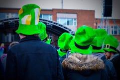 Gli uomini che portano i cappelli verdi assistono a Live Concert a Belfast nel giorno del ` s di St Patrick Fotografia Stock Libera da Diritti