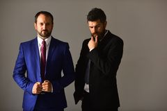Gli uomini con la barba ed i fronti premurosi discutono l'affare Fotografia Stock