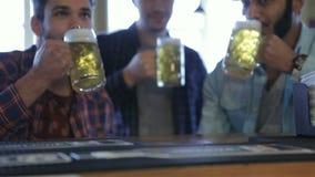 Gli uomini con la birra si rallegrano la vittoria del gruppo video d archivio