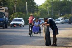 Gli uomini con spingono dentro Rangoon, Birmania, Asia fotografia stock libera da diritti