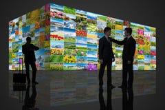 Gli uomini contro la parete delle foto della natura Fotografie Stock