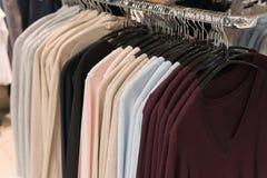 Gli uomini copre, fila delle magliette felpate, comperante Immagine Stock
