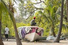 Gli uomini costruiscono una barca Immagine Stock Libera da Diritti