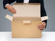 Gli uomini d'affari aprono la casella di carta marrone in bianco Fotografia Stock Libera da Diritti