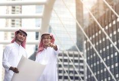 Gli uomini d'affari arabi stanno mirandoci immagini stock libere da diritti