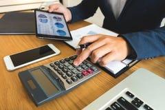 Gli uomini d'affari calcolano il reddito dall'affare di esportazione sul immagini stock