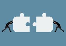 Gli uomini d'affari che spingono il puzzle due raduna Fotografia Stock Libera da Diritti
