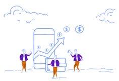 Gli uomini d'affari facendo uso della freccia finanziaria dell'applicazione mobile di pagamento sul dollaro di ricchezza della cr royalty illustrazione gratis