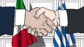 Gli uomini d'affari o i politici stringono le mani contro le bandiere dell'Italia e della Grecia Riunione o cooperazione ufficial royalty illustrazione gratis