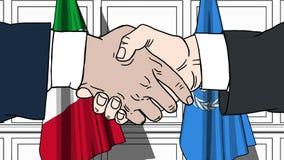 Gli uomini d'affari o i politici stringono le mani contro le bandiere dell'Italia e delle nazioni unite Riunione o cooperazione u royalty illustrazione gratis