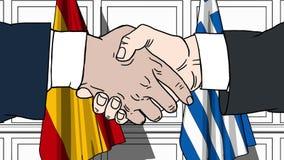 Gli uomini d'affari o i politici stringono le mani contro le bandiere della Spagna e della Grecia Riunione o cooperazione ufficia royalty illustrazione gratis