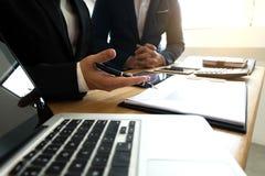Gli uomini d'affari presentano i business plan e l'introduzione sul mercato al partner fotografie stock