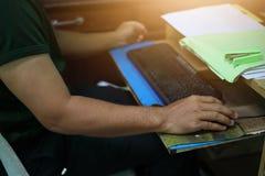 Gli uomini, uomini d'affari stanno lavorando per prendere un topo, tastiera, computer immagini stock