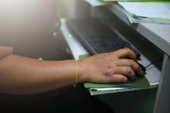 Gli uomini, uomini d'affari stanno lavorando per prendere un topo, tastiera, computer fotografie stock