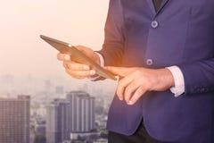 Gli uomini d'affari stanno utilizzando le compresse immagine stock libera da diritti
