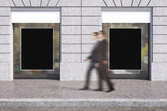 Gli uomini d'affari vicino comperano finestra Fotografia Stock Libera da Diritti