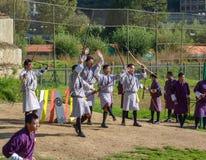 Gli uomini del Bhutanese fa concorrenza in un gioco di tiro con l'arco - Timphu, Bhutan Fotografia Stock Libera da Diritti