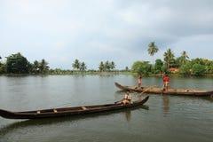 Gli uomini della barca si impegnano nell'estrazione mineraria della sabbia Immagine Stock Libera da Diritti