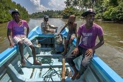 Gli uomini dello Sri Lanka ed i ragazzi prendono un giro della barca con una delle lagune a Negombo Immagini Stock Libere da Diritti