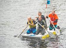 Gli uomini di affari remano giù il fiume Ness. fotografia stock libera da diritti