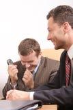 Gli uomini di affari team durante le trattative - buone notizie immagine stock