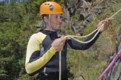Gli uomini di canyoning tengono la corda Fotografie Stock Libere da Diritti