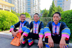 Gli uomini di etnia di Shes si siedono su terra Fotografia Stock Libera da Diritti