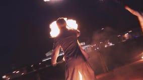 Gli uomini dimostrano la manifestazione del fuoco al lungonmare sul partito in night-club Trucchi pericolosi intrattenimento Acqu stock footage