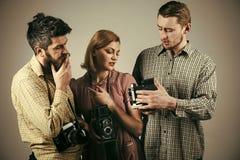 Gli uomini, donna sui fronti premurosi esamina la macchina fotografica, fondo grigio Uomini in vestiti a quadretti, retro stile a Immagine Stock Libera da Diritti