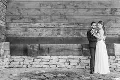 Gli uomini e le donne hanno sposato appena l'esame e la posa la macchina fotografica Fotografia Stock